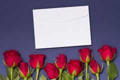 Fond d'enveloppe de jour de valentines, fond bleu sans couture avec les roses rouges, l'espace des textes d'exemplaire gratuit image stock