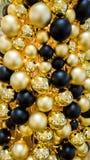Fond d'or et noir de boules d'arbre de Noël photographie stock