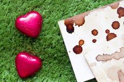 Fond d'herbe avec des sucreries Image libre de droits
