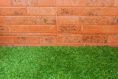 Fond d'herbe et de mur de briques Photo libre de droits