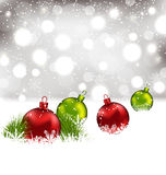 Fond d'hiver de Noël avec les boules en verre colorées Photographie stock libre de droits