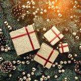 Fond d'hiver des branches de sapin Orné avec des babioles, des cônes et des cadeaux d'or Carte de Noël Vue supérieure image stock