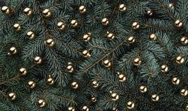 Fond d'hiver des branches de sapin Orné avec des babioles d'or Carte de Noël Vue supérieure Félicitations de Noël photos libres de droits