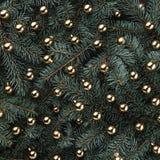 Fond d'hiver des branches de sapin Orné avec des babioles d'or Carte de Noël Vue supérieure Félicitations de Noël photo stock