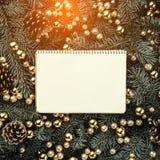 Fond d'hiver des branches de sapin Orné avec des babioles et des cônes d'or Carte de Noël Vue supérieure Félicitations de Noël photo stock
