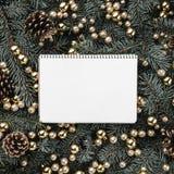 Fond d'hiver des branches de sapin Orné avec des babioles et des cônes d'or Carte de Noël Vue supérieure Félicitations de Noël images stock