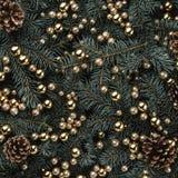 Fond d'hiver des branches de sapin Orné avec des babioles et des cônes d'or Carte de Noël Vue supérieure Félicitations de Noël photographie stock libre de droits