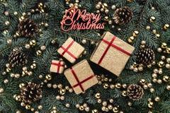 Fond d'hiver des branches de sapin Orné avec des babioles et des cadeaux d'or Vue supérieure Carte de Noël Inscription de Joyeux  photo stock