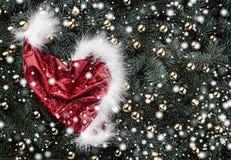 Fond d'hiver des branches de sapin Orné avec le chapeau de Santa d'or de babioles Carte de Noël Vue supérieure Félicitations de N photographie stock libre de droits