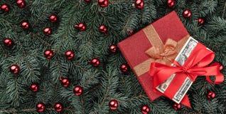 Fond d'hiver des branches de sapin Orné avec les babioles et l'argent rouges de cadeau Carte de Noël Vue supérieure Félicitations images libres de droits