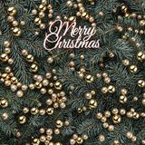 Fond d'hiver des branches de sapin Orné avec les babioles d'or et l'inscription de Joyeux Noël Carte de Noël Vue supérieure image libre de droits