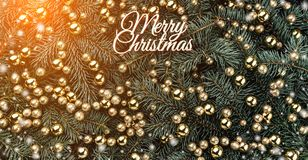 Fond d'hiver des branches de sapin Orné avec les babioles d'or et l'inscription de Joyeux Noël Carte de Noël Vue supérieure photographie stock