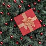 Fond d'hiver des branches de sapin Orné avec les babioles et le cadeau rouges Carte de Noël Vue supérieure Félicitations de Noël photos stock