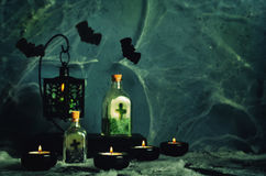 Fond d'horreur de Halloween avec un spider& x27 ; Web de s, bougies, breuvage magique Photographie stock
