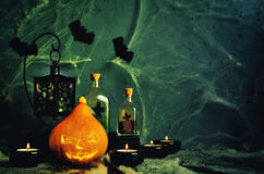 Fond d'horreur de Halloween avec un spider& x27 ; Web de s, potiron ; bougie Photographie stock libre de droits