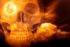 Fond d'horreur de Halloween Double exposition de peigne humain de crâne Photos stock