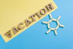 Fond d'image abstrait Exprimez les lettres en bois de vacances sur un fond bleu et jaune, et un fond abstrait du soleil photo stock