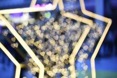 Fond d'image brouillé : Bokeh de coeur et d'étoile sur le fond brouillé Photos stock