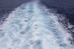 Fond d'image de mer avec la vague mousseuse blanche Voyage de ferry Photos libres de droits