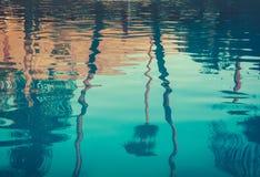 Fond d'image des palmiers reflétés dans la piscine image stock