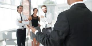 Fond d'image d'homme d'affaires donnant la main pour une poignée de main Photos stock