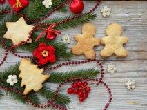 Fond d'an neuf et de Noël La carte de voeux avec des ornements de Noël, biscuits, conifère s'embranche Concept de vacances d'hive Photographie stock