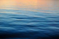 Fond d'océan avec le coucher du soleil Image libre de droits