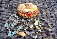 Fond d'osier de colliers de coquillages de coffre photos stock