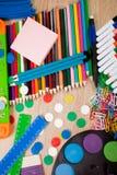 Fond d'un assortiment coloré d'école suppl. Images stock