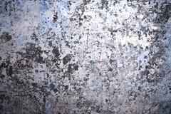 Fond d'un mur avec beaucoup de couches de peinture fanée et en lambeaux de différentes couleurs Image libre de droits