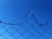 Fond d'une barri?re de barbwire contre un ciel bleu photos libres de droits