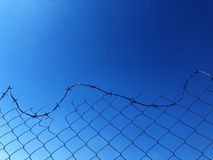 Fond d'une barri?re de barbwire contre un ciel bleu photographie stock libre de droits