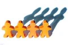 Fond d'une chaîne humaine des figures en bois sur la cohésion photo stock