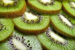 Fond d'une partie de kiwi par des boucles. Image stock