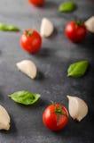 Fond de basilic d'ail de tomate Photographie stock libre de droits