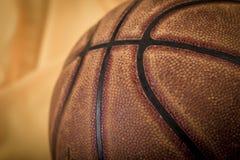 Fond de basket-ball Boule sur le terrain de jeu Photographie stock
