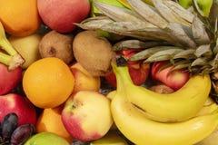 Fond de beaucoup de différents fruits exotiques Banane, kiwi, orange Image stock