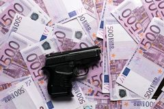fond de beaucoup de 500 euro billets de banque avec le pistolet Devise d'UE Photographie stock libre de droits