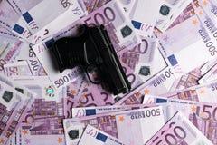 fond de beaucoup de 500 euro billets de banque avec le pistolet Devise d'UE Images stock