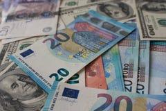 Fond de billets de banque Argent de fond différent des comtés Dollars, livres et billets de banque d'euro Affaires et concept mar photo stock