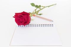 Fond de blanc de crayon et de carnet de rose de rouge Photos stock