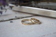 Fond de blanc d'anneaux de mariage Photographie stock