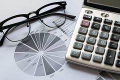 Fond de blanc d'isolat de bureau d'équipement de comptabilité de plan rapproché Image libre de droits