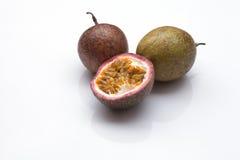 Fond de blanc de passiflore comestible de passiflore Photographie stock libre de droits