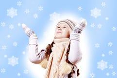 Fond de bleu d'éclaille de neige de fille de l'hiver Photographie stock libre de droits