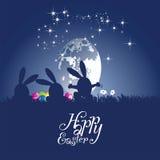 Fond de bleu d'oeufs de lune de danse de lapins de Pâques Photos libres de droits