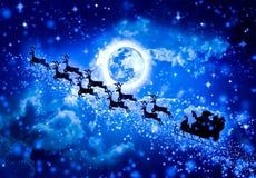 Fond de bleu de Noël Silhouette du vol de Santa Claus sur a Photo libre de droits