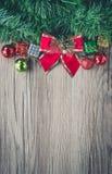 Fond de boîte-cadeau et de boules de Noël sur la texture en bois Photographie stock libre de droits
