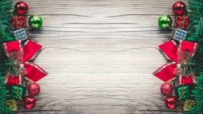 Fond de boîte-cadeau et de boules de Noël sur la texture en bois Photo libre de droits