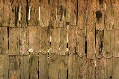 Fond de bois de délabrement sur la vieille surface de mur de cottage Image stock